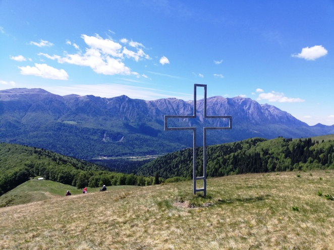 Fig. 17 - În ultima parte de gol alpin a Culmii Culmii Cumpătu. Alte belvederi către Bucegi